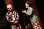 Salah satu adegan dalam pentas kethoprak 'Keplok' yang digelar di Pendopo Tembi Rumah Budaya, Selasa (24/2) malam. (Harian Jogja/Arief Junianto)