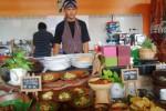Seorang karyawan sedang menawarkan menu kuliner khas angkringan di Republik Wedang Seturan, Kamis (26/2/2015). (JIBI/Harian Jogja/Abdul Hamied Razak)