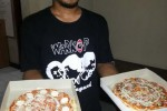 Arief Herdaru Setyandono, 26, menunjukkan pizza buatannya yang diberi label Garage Pizza (JIBI/Harian Jogja/Switzy Sabandar)