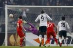 Pemain Besiktas, Tolgay Arslan (ka), saat menjebol gawang Liverpool. JIBI/Reuters/Murad Sezer