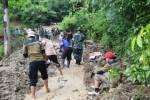 Warga bersama anggota TNI bahu membahu membersihkan longsoran tanah yang menimbun jalan menuju Dusun Ringin, Desa Keloran, Kecamatan Selogiri, Senin (9/2). Penanganan bencana tanah longsor memerlukan alat berat. (Bony Eko Wicaksono/JIBI/Solopos)