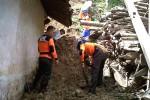 Beberapa relawan membersihkan material longsor di salah satu rumah di Dusun Magermalang, Desa Gerbosari, Samigaluh, Kamis (12/2/2015). (JIBI/Harian Jogja/Holy Kartika N.S.)