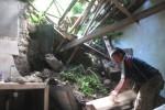 Warga mengambil barang-barang milik Sido, 63, warga Lingkungan Keron RT 001/RW 006, Kelurahan Wuryorejo, Kecamatan Wonogiri untuk diselamatkan, Sabtu (7/2/2015). Rumah Sido diterjang tanah longsor dari tebing di lingkungan setempat. (Trianto Hery Suryono/JIBI/Solopos)