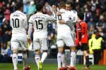Pemain Real Madrid Gareth Bale (Ka) memberi selamat kepada Karim Benzema seusai menciptakan gol ke gawang Real Sociedad dalam lanjutan La Liga Spanyol di Santiago Bernabeu stadium. JIBI/Reuters/Susana Vera