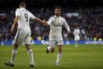 Pemain Real Madrid, Isco dan Benzema merayakan gol ke gawang Deportivo. (JIBI/Reuters/Susana Vera)