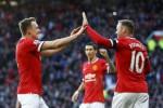 Pemain MU Phil Jones (ki) dan Wayne Rooney berselebrasi saat lawan Leicester City. JIBI/Rtr/Darren Staples