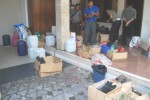Petugas menggerebek rumah di Jl.Merbabu No. 83 tepatnya di RT 004/RW 009, Kelurahan Pulisen, Boyolali Kota, Selasa (3/2/2015). Di rumah itu, petugas menemukan ratusan botol miras oplosan dan bahan mentah miras oplosan. (Hijriyah Al Wakhidah/JIBI/Solopos)