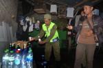 Petugas Satpol PP Kulonprogo menunjukkan temuan puluhan botol minuman keras dari salah satu warung kelontong di Dusun Gununggempal, Desa Giripeni, Wates, Selasa (10/2/2015) malam. (JIBI/Harian Jogja/Holy Kartika N.S)