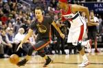 Guard Golden State Warriors, Stephen Curry (30), mendribel bola melewati forward Washington Wizards Paul Pierce (34) pada kuarter ke empat di Verizon Center. JIBI/Reuters/Geoff Burke-USA TODAY Sports