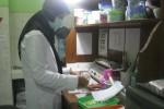 Petugas farmasi tengah menakar obat (JIBI/Harian Jogja/Bhekti Suryani)