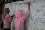 Dua pelajar membubuhkan tanda tangan dalam Deklarasi Pelajar Boyolali Anti Valentine, di Pendapa Ageng Kabupaten Boyolali, Minggu (8/2/2015). (Hijriah Al Wakhidah/JIBI/Solopos)