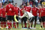 Pelatih Bayern Munich Pep Guardiola sedang memberi pengarahan kepada timnya. Ist/dailymail.co.uk