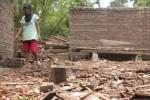 Puing-puing atap dapur rumah Supadi, 43, warga Dusun Sangsang, RT 002/RW 007, Desa Bakalan, Polokarto, Sukoharjo, yang roboh pada Kamis (12/2/2015) malam masih berserakan Jumat (13/2/2015) pagi. (Moh. Khodiq Duhri/JIBI/Solopos)
