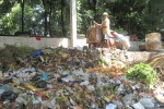 Sampah di tempat pembuangan sampah (TPS) Sungkur menumpuk pada Senin (9/2/2015). Sejak Sabtu (7/2/2015), petugas dari Dinas Pekerjaan Umum (DPU) Klaten tak mengambil sampah ke TPS lantaran ada penutupan akses pembuangan sampah ke TPA Jomboran. (Taufiq Sidik Prakoso/JIBI/Solopos)