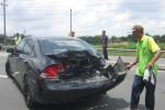 Petugas dari Satlantas Polres Boyolali dibantu warga setempat mengevakuasi mobil sedan yang rusak di bagian belakang. Mobil tersebut ditabrak truk di jalan raya Solo-Boyolali, Selasa (10/2/2015) pukul 12.00 WIB. (Muhammad Irsyam Faiz/JIBI/Solopos)