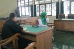 Terdakwa kasus eksploitasi seksual anak, Suryawati alias Watik, 36, menutupi wajahnya saat menjalani sidang putusan di Pengadilan Negeri (PN) Sukoharjo, Kamis (26/2/2015). (Rudi Hartono/JIBI/Solopos)