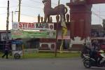 """Sebuah spanduk bertuliskan tuduhan """"Syiah Kafir' terpampang di Gapura Sentra Industri Gerabah Kasongan, Selasa (24/2). Spanduk ini dalam beberapa hari terakhir banyak dijumpai di pusat keramaian di Bantul. (JIBI/Harian Jogja/Endro Guntoro)"""