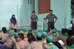 Kasi Teritorial Korem 072 Pamungkas Letkol Ananta Wira (kanan) tengah menjelaskan tugas Tni kepada puluhan siswa SD Ngupasan. (JIBI/Harian Jogja/dok. Korem 072 Pamungkas)