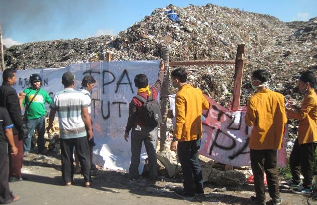 Warga memblokir akses kendaraan pengangkut sampah masuk ke tempat pembuangan akhir (TPA) Jomboran, Klaten, Sabtu (7/2/2015). Pemblokiran dilakukan sebagai buntut kekesalan warga terkait sikap Pemkab setempat yang tak kunjung menutup TPA. (Taufiq Sidik Prakoso/JIBI/Solopos)