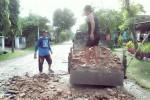 Warga menguruk lubang jalan di Desa Gombang, Kecamatan Sawit, Boyolali, Senin (23/2/2015). Upaya tersebut dilakukan untuk mencegah kecelakaan di jalur alternatif Boyolali-Klaten tersebut. (Istimewa)