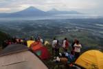 Pendaki menyesaki Gunung Andong (JIBI/Harian Jogja/Arief Junianto)