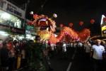 Ribuan warga antusias menyaksian pertunjukan Naga Batik Raksasa sepanjang 168 Meter dalam karnaval pembukaan Pekan Budaya Tionghoa Yogyakarta (PBTY) X 2015 di sepanjang Jalan Malioboro, Yogyakarta, Minggu (02/03/2015). PBTY X akan berlangsung mulai 1-5 Maret 2015 di Kampung Ketandan Yogyakarta sekaligus menjadi momen merayakan tahun baru Imlek yang diterus diselenggarakan secara rutin tahunan sejak 2006. (JIBI/Harian Jogja/Desi Suryanto)