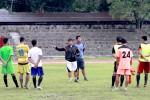 Pelatih Persis Solo, Aris Budi Sulistyo (tengah), memberi pengarahan kepada pemain saat latihan di Stadion Sriwedari, Solo, beberapa waktu lalu. JIBI/Solopos/dok