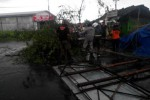 Warga bersama sukarelawan, Tim SAR, dan BPBD Klaten memotong pohon tumbang di Desa Mireng, Kecamatan Trucuk akibat hujan deras disertai angin kencang, Jumat (6/3/2015) siang. Selain mengakibatkan ratusan pohon tumbang,kejadian itu juga mengakibatkan 10 bangunan rusak. (Istimewa)