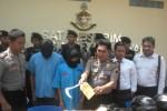 Kapolsek Gondangrejo, AKP Sugeng Dwiyanto (tiga dari kanan), menunjukkan barang bukti berupa senjata tajam yang digunakan pelaku pencurian dengan kekerasan, AG (dua dari kiri) dan MJ (tiga dari kiri), di kantor Polres Karanganyar, Senin (30/3). Kedua pelaku menggelar aksinya di Gondangrejo, Satu (7//20152) lalu. (Bayu Jatmiko/JIBI/Solopos)