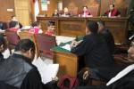 Raden Nuh (tengah) menoleh ke arah kuasa hukumnya saat diadili di PN Jakarta Selatan, Senin (23/3/2015). (JIBI/Solopos/Antara/Rosa Panggabean)