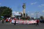Aliansi Mahasiswa IAIN Surakarta menggelar demo di bundaran Kartasura, Sukoharjo, Jumat (27/3/2015). Dalam aksinya, mereka menuntut Jokowi untuk turun dari jabatannya. (Okkie Pritha C/JIBI/Solopos)