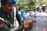 Polisi militer merazia atribut TNI di Solo, Selasa (3/3/2015). (Sunaryo Haryo Bayu/JIBI/Solopos)