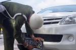 Polisi militer (Pom) merazia atribut TNI di Solo, Selasa (3/3/2015). (Sunaryo Haryo Bayu/JIBI/Solopos)