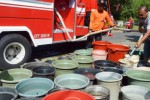 Penyaluran air bersih untuk warga korban banjir Madiun, Kamis (19/2/2015). (JIBI/Solopos/Antara/Siswowidodo)