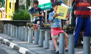 Anak-anak memilih dan membaca buku yang disediakan gratis oleh Komunitas Jendela di arena Car Free Day Kota Jogja, Minggu (29/3/2015). (Desi Suryanto/JIBI/Harian Jogja)