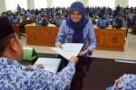 PNS baru Pemkab Madiun menerima SK, Selasa (17/3/2015). (JIBI/Solopos/Antara/Siswowidodo)