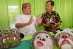 Seniman Madiun Kirun dan Kang Roso diskusikan seni topeng, Senin (30/3/2015). (JIBI/Solopos/Antara/Siswowidodo)