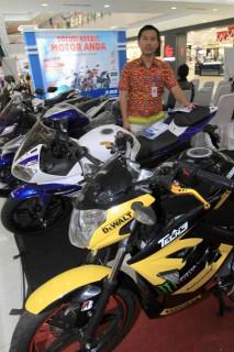 Pameran sepeda motor kreditan di Solo Baru, Jumat (27/3/2015). (Sunaryo Haryo Bayu/JIBI/Solopos)