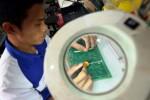 Produksi pembaca e-KTP di Len Industri, Bandung. (Rachman/JIBI/Bisnis)