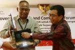 Ketua Komisi Pemberantasan Korupsi (KPK) sementara Taufiqurrahman Ruki (kiri) menerima cendera mata dari Ketua Dewan Komisioner Otoritas Jasa Keuangan (OJK) Muliaman D. Hadad seusai penandatanganan kerja sama Bersih dari Grativikasi di Jakarta, (31/3/2015). (Abdullah Azzam/JIBI/Bisnis)