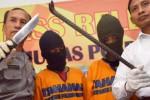 Polisi Madiun menyamarkan muka dua warga Boyolali yang mereka tuduh mencoba membobol ATM, Senin (30/3/2015). (JIBI/Solopos/Antara/Siswowidodo)