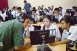 Teknisi (kiri) membetulkan jaringan Internet saat sosialisasi UN CBT di SMK Negeri 3 Kota Madiun, Jawa Timur, Selasa (24/3/2015). (JIBI/Solopos/Antara/Siswowidodo)