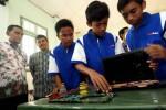 Perakitan laptop Relion oleh pelajar SMKN 2 Bandung, Kamis (26/3/2015). (Rachman/JIBI/Bisnis)