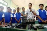 Engineer Suport PT Berca Cakra Teknologi Mustika Adam jelaskan keterlibatan siswa SMKN di Bandung, dalam perakitan laptop Relion. (Rachman/JIBI/Bisnis)
