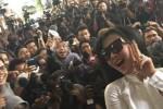Foto selfie Syahrini dan awak media di Mabes Polri Jakara, Senin (2/3/2015). (Instagram.com)