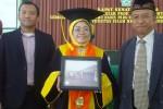 Prof. Siti Mujibatun didampingi suaminya K.H. Najamudin sesuai dikukuhkan sebagai guru besar ilmu hadist pada Fakultas Ekonomi dan Bisnis Islam (FEBI) UIN Walisongo Semarang, Selasa (31/3/2015). (Insetyonoto/JIBI/Solopos)