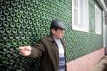 Hamidullah Ilchibaev berada di depan rumahnya yang dibangun menggunakan botol sampanye (Odditycentral.com)