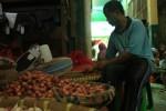 Pedangan bumbu dapur di Pasar Bunder Sragen, Suroto, 40, saat memilah bawang merah di kiosnya, Selasa (17/3/2015). (Abdul Jalil/JIBI/Solopos)
