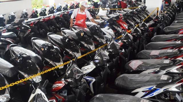 Ilustrasi pekerja menata sepeda motor baru Honda (Juli Nugroho/JIBI/Bisnis)
