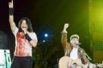 Musisi Iwan Fals berkolaborasi dengan vokalis Gigi, Armand Maulana, menghibur penggemar saat tampil dalam konser Nyanyian Raya di Garuda Wisnu Kencana, Bali, Sabtu (14/3/2015). (JIBI/Solopos/Antara/Fikri Yusuf)